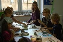 Děti vyráběly keramické adventní věnce.