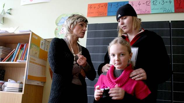 Mezi děti, které nastoupí od září do prvních tříd patří i Romanka Dilingaiová z Domažlic. Na zápis přišla se svojí maminkou Janou a učitelce Janě Nebehajové předvedla co všechno se už naučila