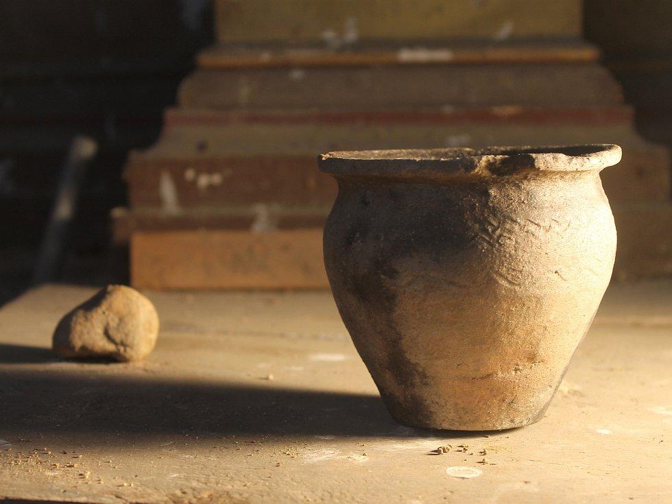 Archeologové už v kapli před několika týdny našli kompletně zachovaný hliněný hrnec pocházející z raného středověku