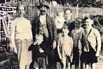 Rodina Marie Mayer na snímku pod Špičákem.