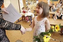 Předávání vysvědčení dětem z I. B v nové škole v Domažlicích.