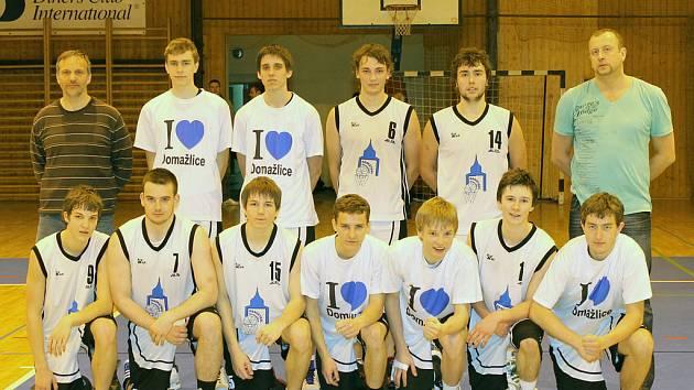 Basketbalisté Jiskry Domažlice s trenéry po čtvrtém duelu play off Ligy U19.