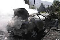 Požár osobního automobilu u prodejny Klenčí pod Čerchovem - Černá Řeka v pondělí 24. srpna ve 14.57 hod.