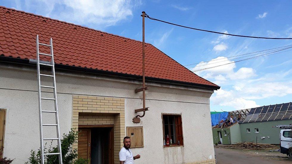 Parta pokrývačů, které šéfuje Josef Černý z Domažlic, se vypravila na jižní Moravu opravovat střechy v obcích postižených tornádem.