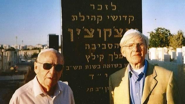 Wolf Zylbersztajn (vpravo na snímku) se svým bratrem Abrahámem. Fotografie vznikla v devadesátých letech minulého století u památníku, který objednala židovská komunita v polském městě  Szcekociny, kde oba vyrostli.