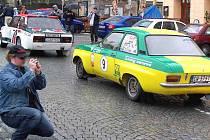 Žlutozelený Opel Ascona v pozadí byl hodně podobný tomu, s nímž v roce 1973 vyhrál Rallye Vltava proslulý bavorský jezdec Walter Röhrl, pozdější mistr Evropy i světa
