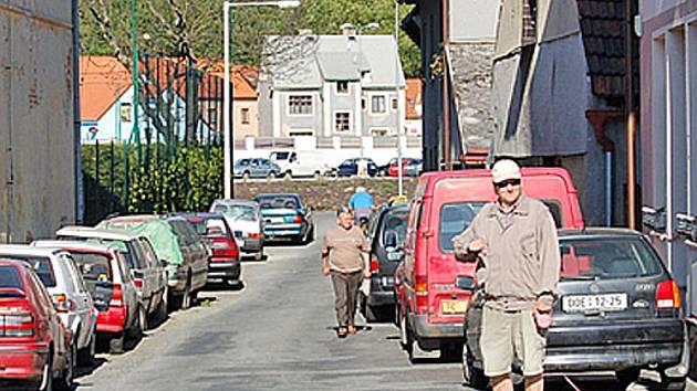 V Srnově ulici se problém s auty řeší neustále.