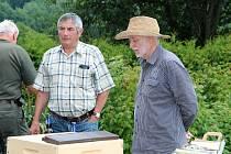 Z Včelařského odpoledne v Chodově. Vpravo přednášející Petr Texl, vedle něj jednatel trhanovských včelařů Karel Strnad.