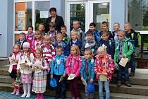 MRÁKOVŠTÍ PRVŇÁČCI. Po ukončení slavnostního zahájení jejich školní docházky nastoupili a zapózovali s učitelkou Libuší Hruškovou. Včera byli těmi nejdůležitějšími před mrákovskou školou.
