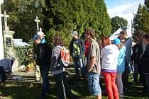 Žáci z Horšovského Týna na hřbitově v Klenčí.