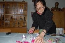 Anna Smejkalová ukazuje rukodělné výrobky.