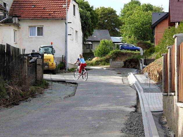 Z Újezda. Obyvatelé horní části obce budou brzy jezdit po nové komunikaci.