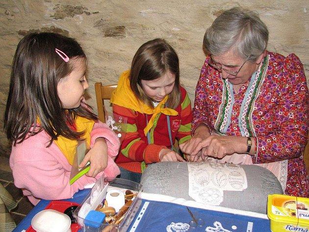 Ukázky lidových řemesel uvidí ještě tři autobusy plzeňských školáků. Paličkování si s Annou Hojdovou vyzkoušelo několik děvčat.