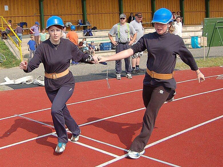 Z PŘEDÁVKY PŘI ŠTAFETĚ. Ta byla součástí soutěže horšovskotýnského okrsku a závodilo se poprvé na umělé dráze.
