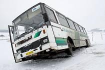 Autobus svou cestu skončil předčasně mezi Hříchovicemi a Hradištěm.