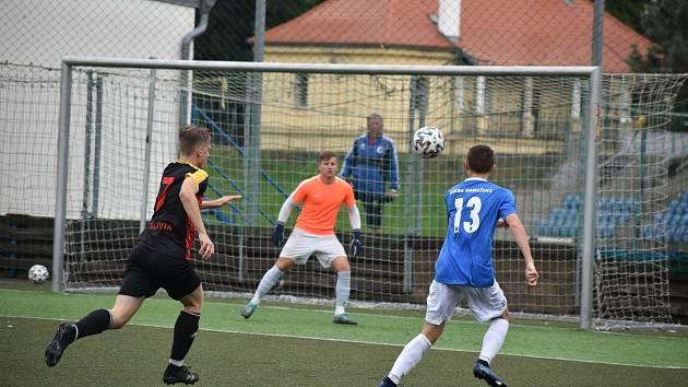 Karel Jahn (číslo 13) se chystá ke střele na branku Vejprnic v utkání za Jiskru Domažlice B v krajském přeboru mužů.