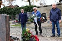 U hrobu Erwina Horniga (zleva): Christian Eiban, Karl Reitmeier a Josef Reimer.