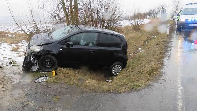Zraněním 64leté řidičky malé škodovky skončila středeční nehoda na silnici mezi Ždánovem a Novým Kramolínem.