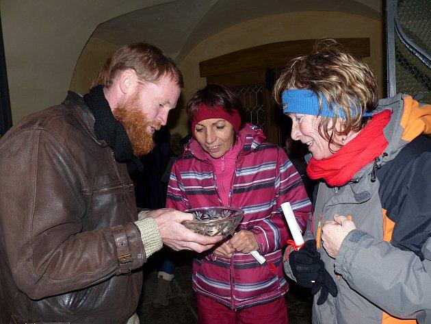 ROZDÁVÁNÍ RÝŽE příchozím se ujal klenečský faráři P. Libor Buček. Měli za úkol zrnka rýže opatrovat až do chvíle, kdy jim bude sděleno, jak s nimi naložit.