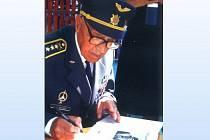 Pilot RAF, válečný hrdina Pavel Tauber - autogramiáda.