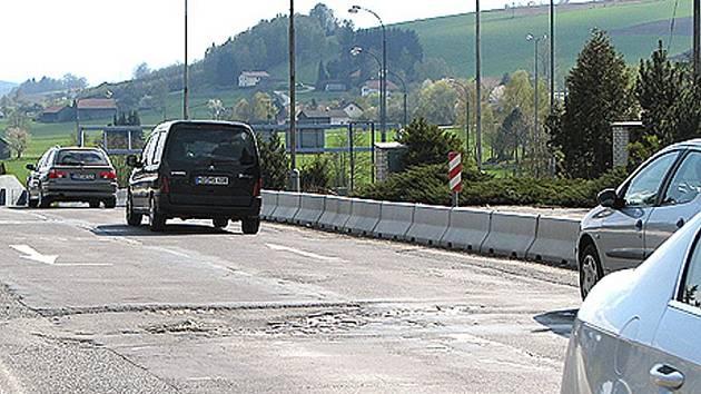 Stav silnice u hraničního přejezdu Folmava je podle řidičů kritický.