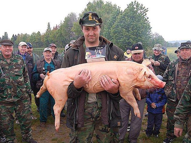 VÍTĚZ ZÁVODŮ V KLENČÍ. Rybář Pavel Macht z Domažlic si za 33 kusů nachytaných ryb odnesl od rybníku pěkné sele.