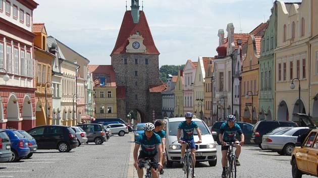 Účastníci Cyklo-běhu přijíždí do Domažlic.