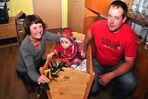 Z vítání občánků v Tlumačově. Rodiče oblékli na vítání občánků dceru Anežku do chodského kroje.