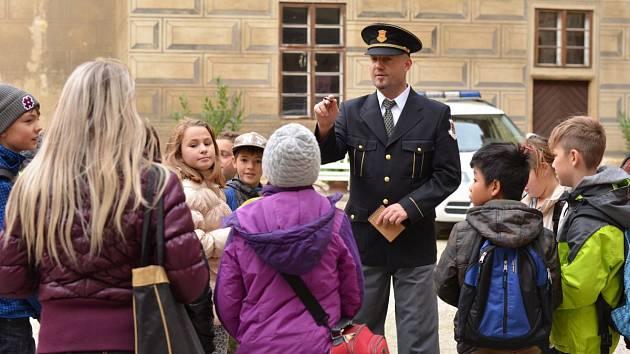 Malí detektivové vyšetřují na zámku.