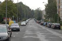 PARKOVÁNÍ V MÁNESOVĚ ULICI. Nyní auta parkují souběžně s vozovkou, nově by měla být stání šikmá.
