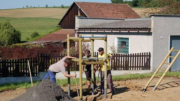 Nové dětské hřiště vyrůstá ve středu obce Nová Ves. Dokončeno a předáno dětem bude v polovině června.