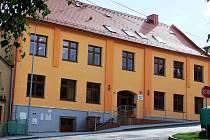 U školy v Koutě na Šumavě je bezpečněji. Kromě nového zábradlí zde byly vybudovány i nové chodníky.