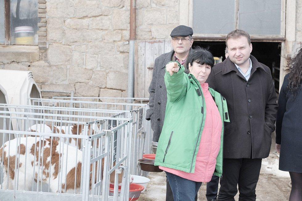 Ministr zemědělství Marian Jurečka na farmě v Mířkově.