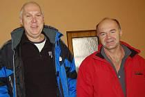 CHTĚJÍ OBNOVIT KAPLI SV. VOJTĚCHA. Informovali nás o tom Lubomír Valenta (vlevo) a Oldřich Kovařík.