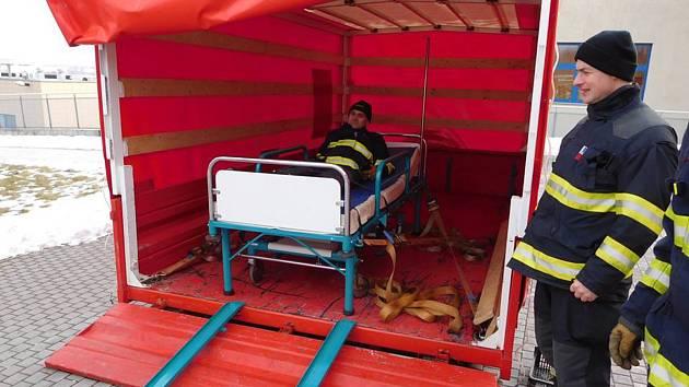 Hasiči si v nemocnici vyzkoušeli zařízení pro těžší pacienty.