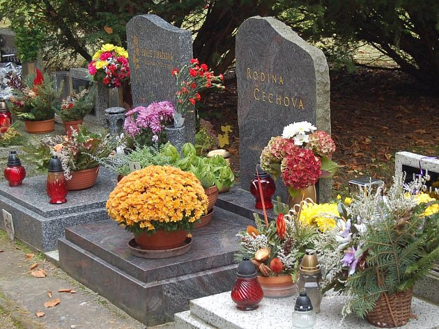 Hroby ozdobené květinami. Ilustrační foto.
