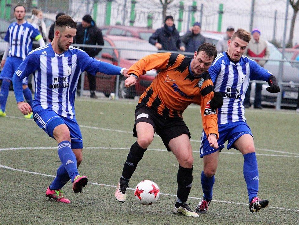 Fotbalisté rezervy Jiskry Domažlice Milan Lucák a Roman Čadek získávají míč.