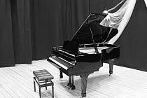 Nově pořízený klavír v kdyňské sokolovně.