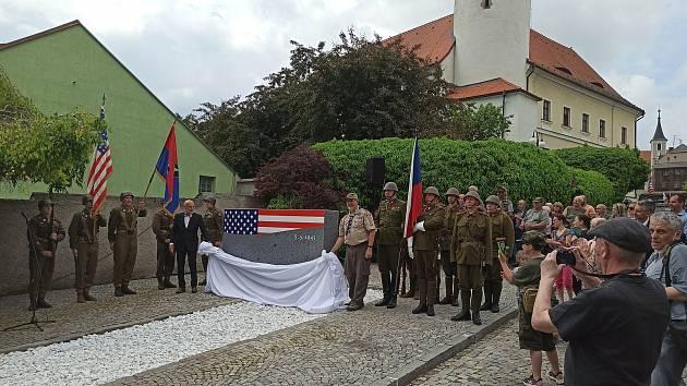 Pomník osvobození stojí na pozemku pod Chodským hradem, kudy v květnu 1945 přicházeli první američtí vojáci do města. Dílo odhalili v neděli odpoledne zástupci Domažlic a kulturní atašé amerického velvyslanectví Erick W. Black.