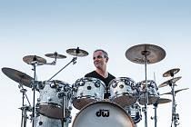Muzikant Kamil Jindřich vyučuje v domažlické základní umělecké škole hru na bicí nástroje. Nejenom pro své žáky loni vydal originální učebnici. Své postupy a metody konzultoval s českými bubeníky. Letos připravuje druhý díl učebnice.