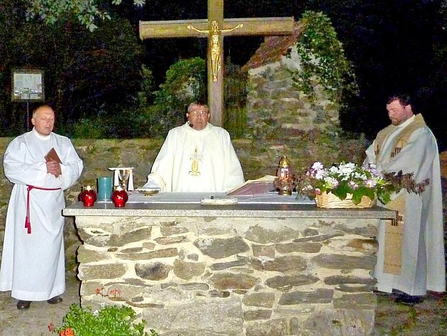 Mši, jež byla sloužena ve dvou jazycích, celebrovali biskupský vikář Mons. Josef Žák z Plzně,  Marek Hric a bělský farář František Salášek.