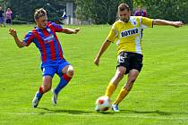 Bývalý hráč Jiskry Domažlice Dominik Lešek se pokouší zastavit  střelu Martina Hrubého.
