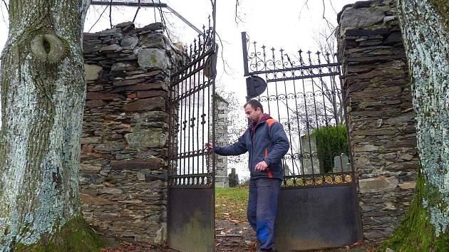 Vstupní brána ke kostelu sv. Václava. Opatrně nám ji vloni, kdy jsme byli v Hoře Svatého Václava na jedné z návštěv, otevíral starosta obce David Kraml.