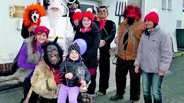 MIKULÁŠSKÁ NADÍLKA byla na sídlišti Kavkaz spojena s vypouštěním balónků s dětskými přáními pro Ježíška.