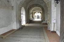 Oprava hlavního vchodu do zámku v H. Týně.