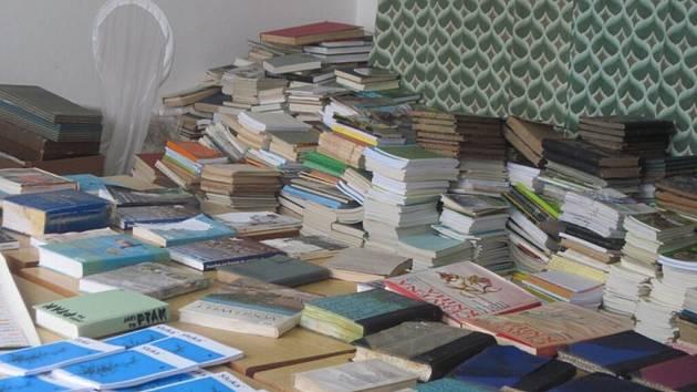 Ornitologické knihy, dočasně přestěhované do náhradních prostor kvůli rekonstrukci KD v roce 2011, byly poškozeny, když si k nim našla cestu voda.