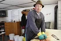 SMOLOVSKÝ BAŠTÝŘ Miroslav Bárta má v posledních dnech napilno. Zahajuje totiž vánoční prodej ryb z vlastního chovu.