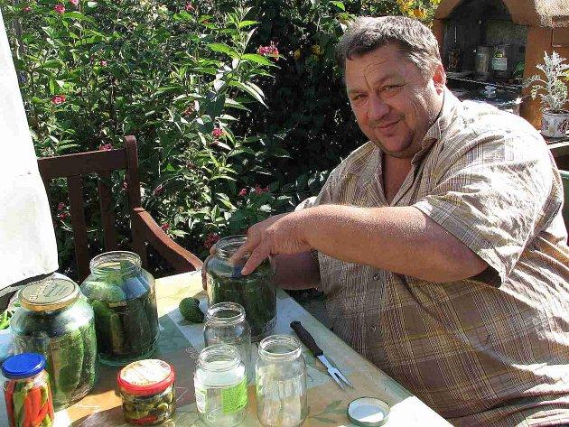V Mrákově umí okurky nejen vypěstovat, ale také udělat z nich ´pravé znojemské´ a rychlokvašky.