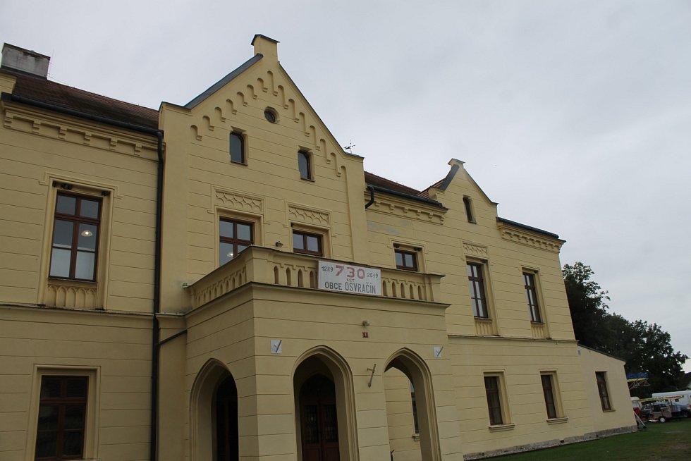 Jedna z informačních tabulí na stezce je také věnovaná zámku v Osvračíně.
