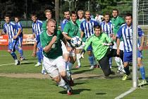 Domažlický gólman Dan Houdek, pro něhož byl sobotní duel s Loko Vltavín stým zápasem v ČFL, čelí hrozbě po rohovém kopu celku z pražských Holešovic.